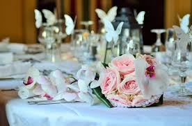 stoliczek sali weselnej gotowy na przyjęcie